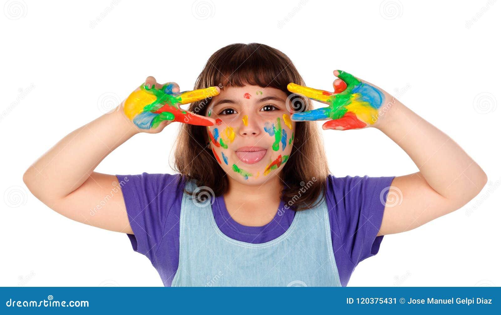 Den roliga flickan med hennes händer smutsar ner av målarfärg