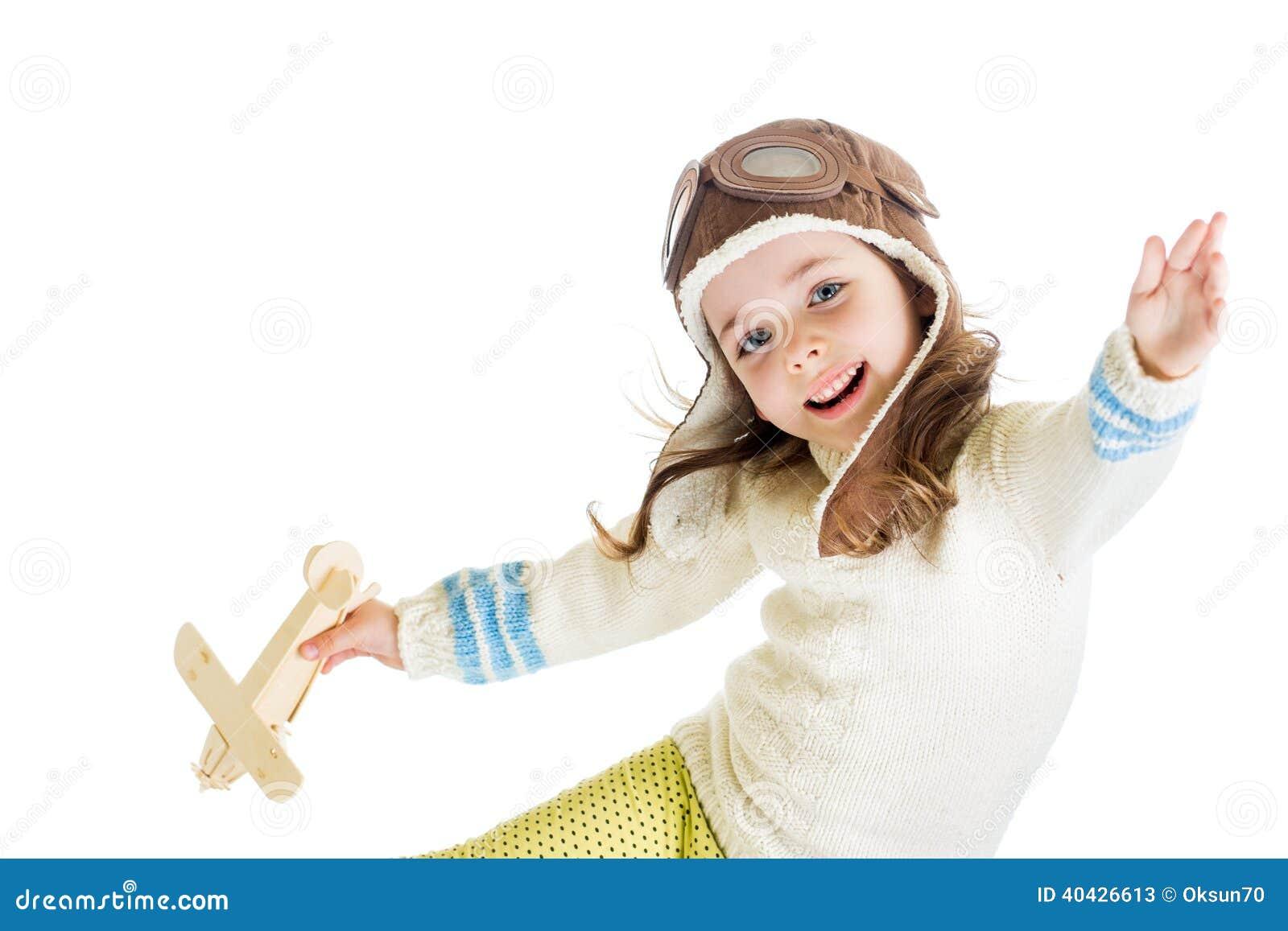 Den roliga ungen klädde som pilot och att spela med träflygplanleksaken