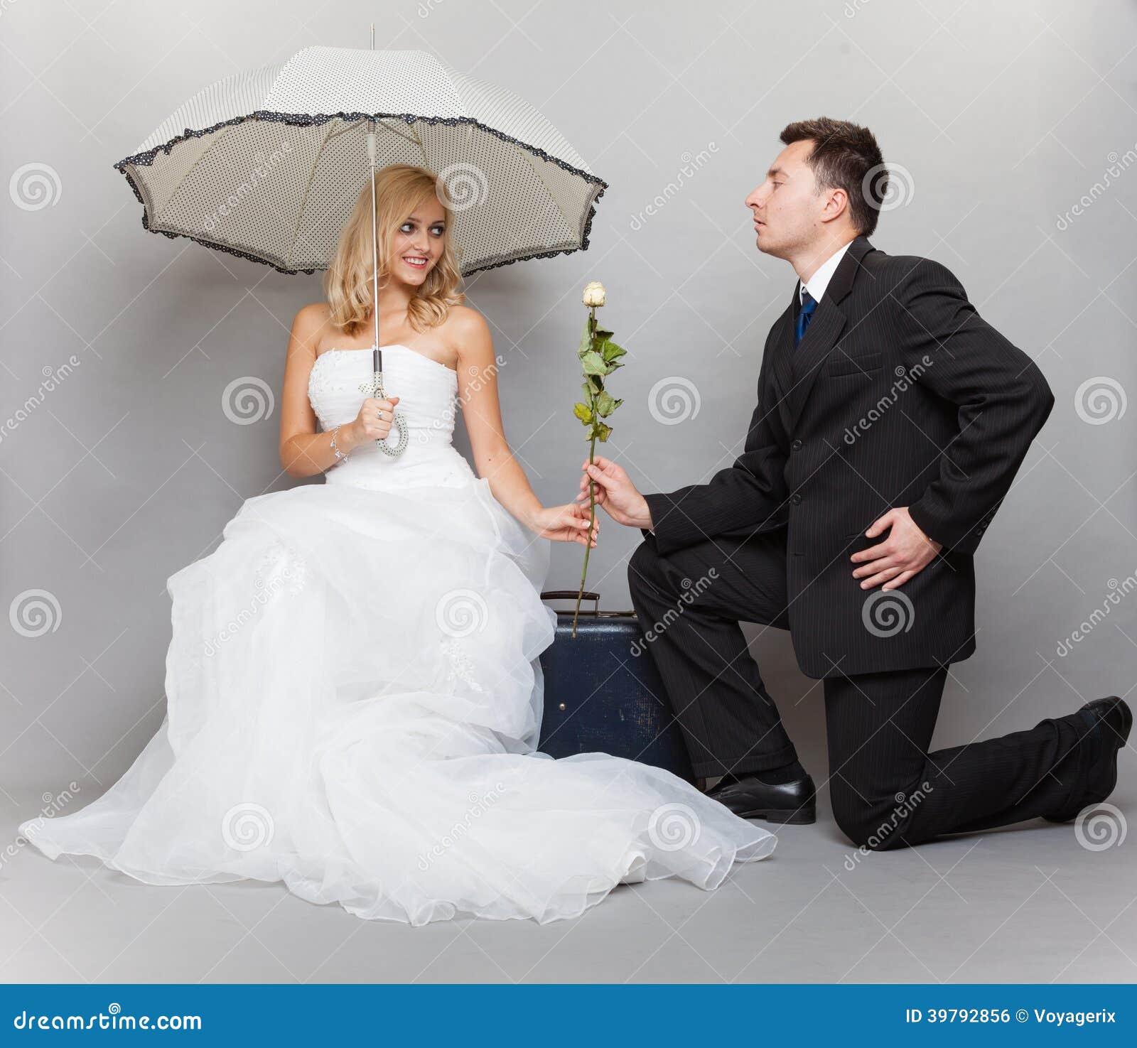 Den romantiska den gift parbruden och brudgummen med steg