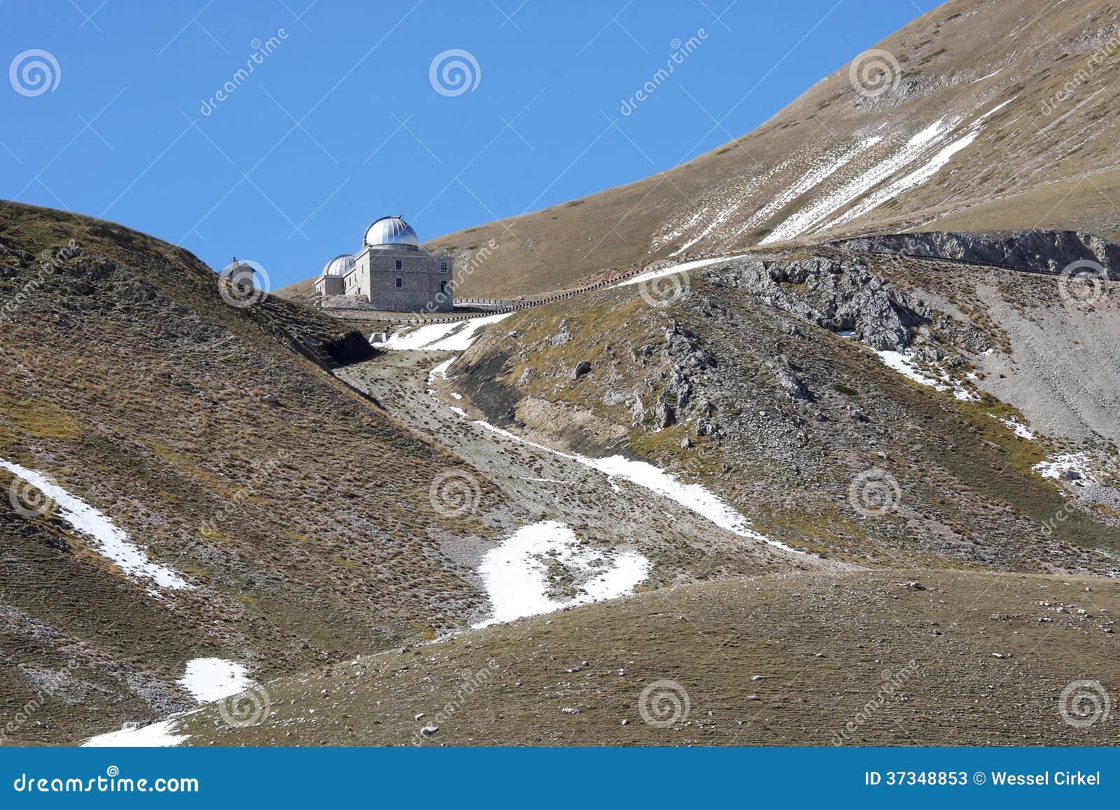 Den Rome observatoriet i italienare Gran Sasso parkerar