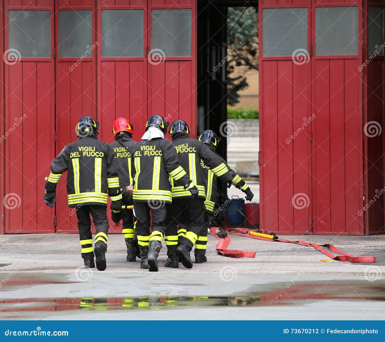 Den sårade personen bar vid brandmän på en bår