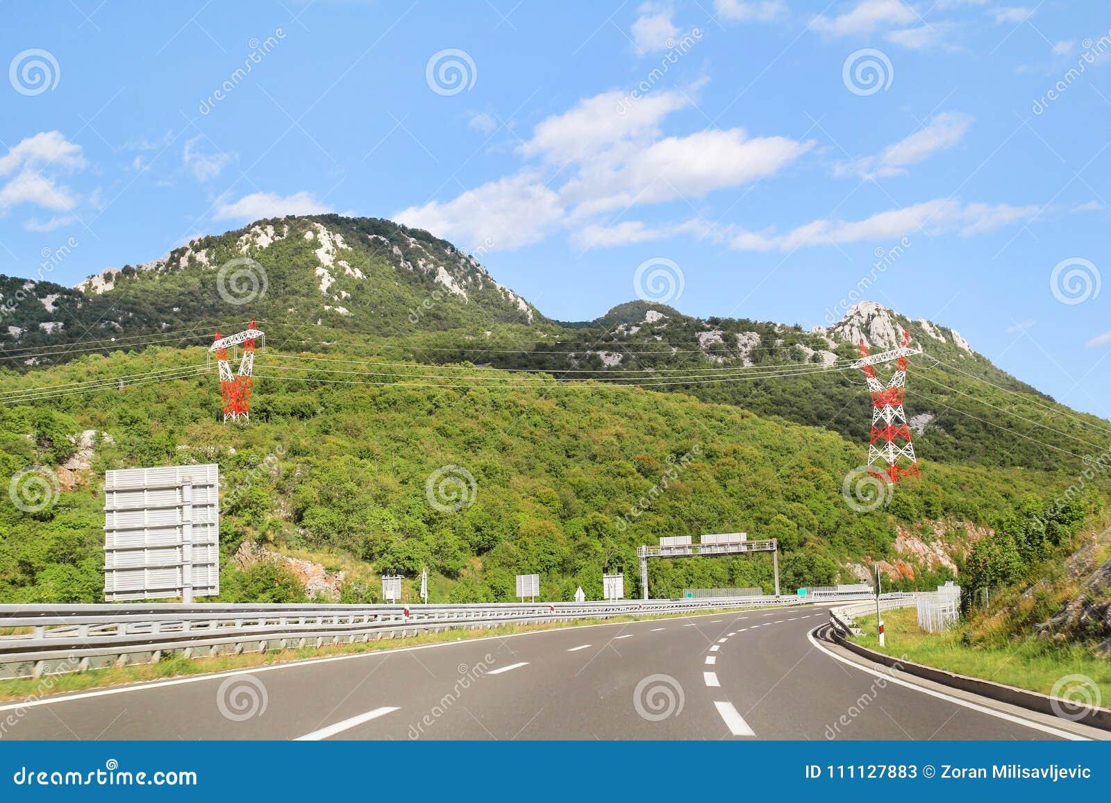 Den sceniska sikten på huvudvägvägen som igenom leder i Kroatien, Europa/elektrisk överföring, står högt, himmel och moln i bakgr