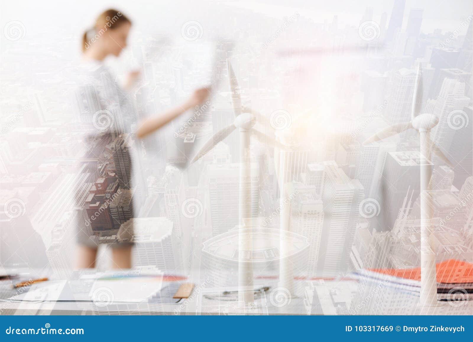 Den selektiva fokusen av vind maler modeller på tabellen av en yrkesmässig tekniker
