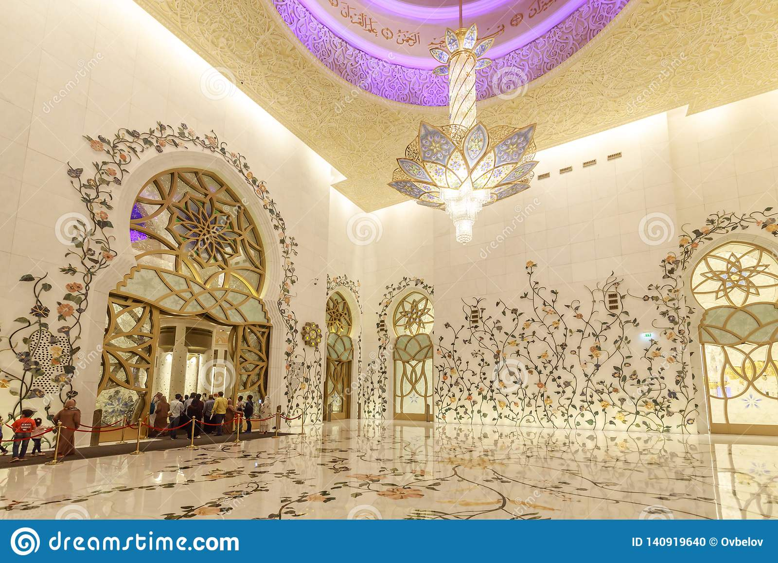 Den Sheikh Zayed Grand Mosque inre dekoreras rikt med marmorerar och blom- mosaiker