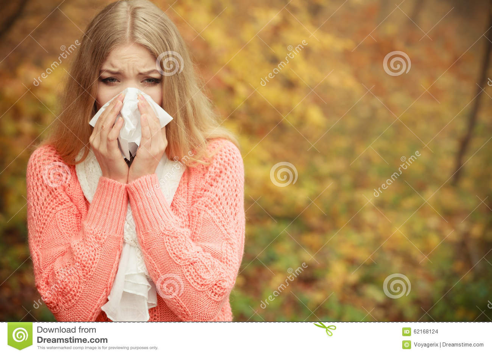 Den sjuka kvinnan i höst parkerar dåligt att nysa i silkespapper