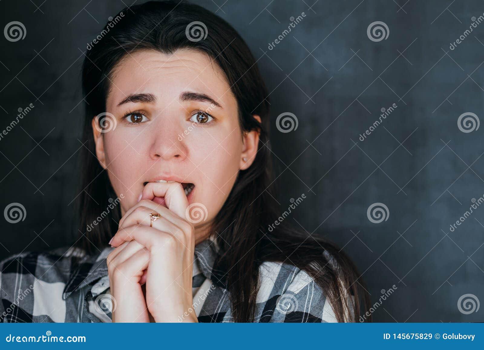 Den skrämde kvinnan river sorgfobiansiktsuttryck