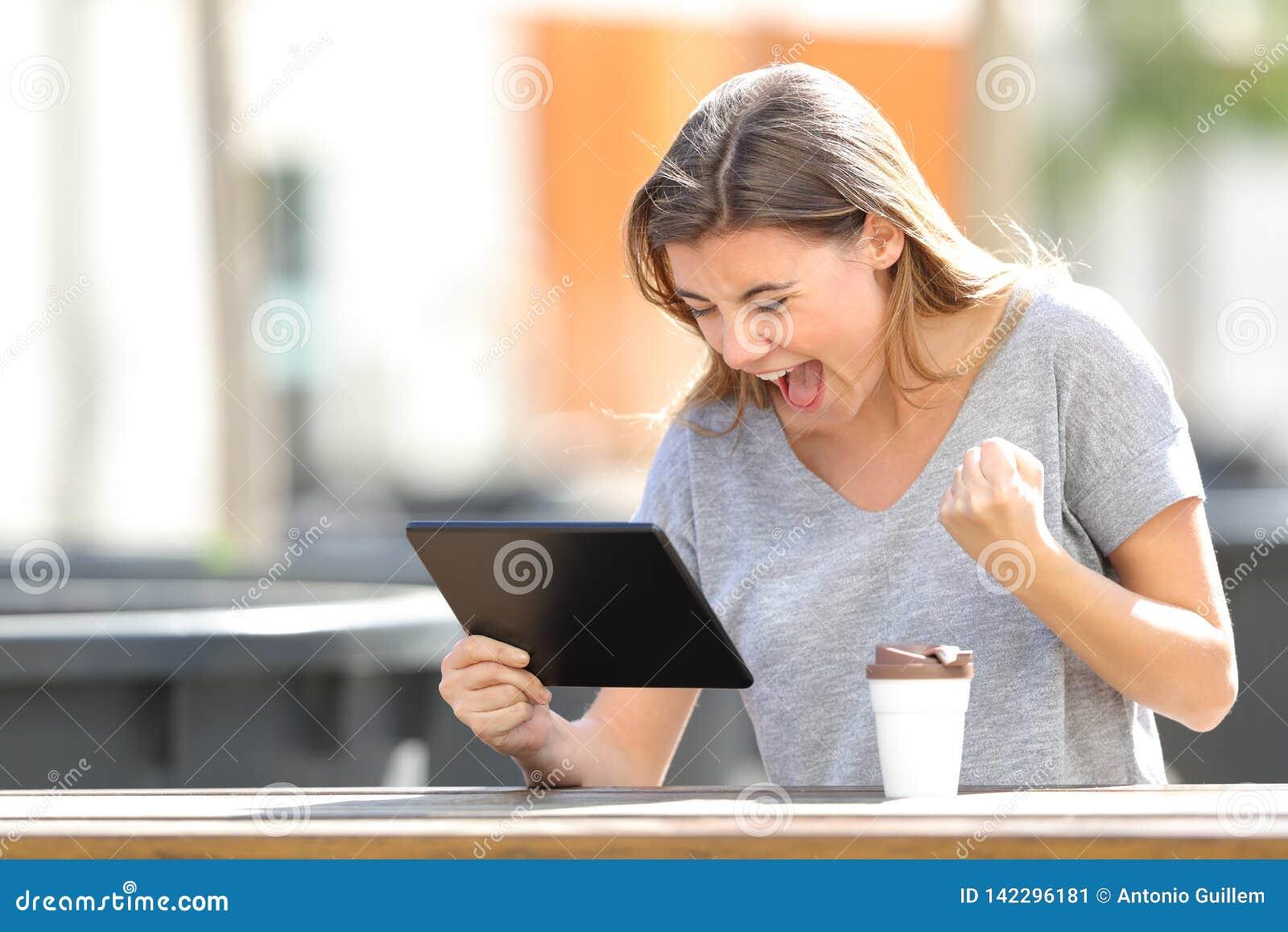 Den spännande flickan som finner online-innehållet i en minnestavla i, parkerar