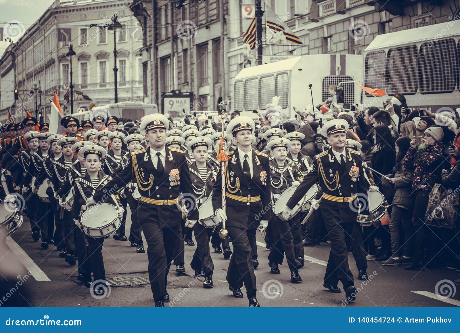 Den St Petersburg militären ståtar