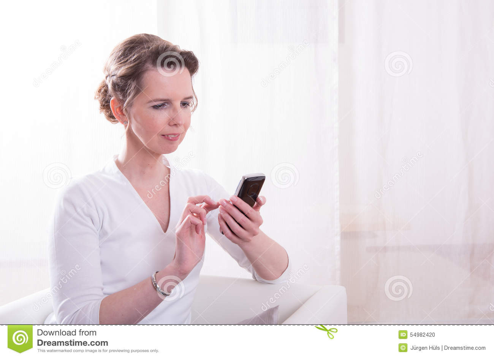 Den starka kvinnan är det läs- meddelandet på smartphonen