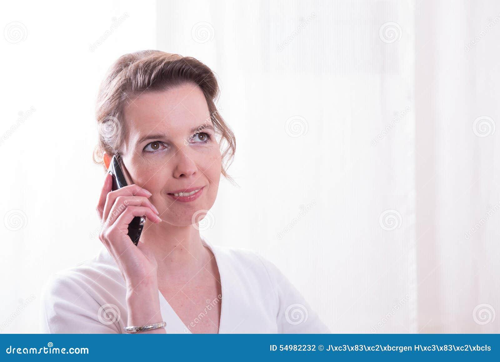 Den starka kvinnan talar på telefonen