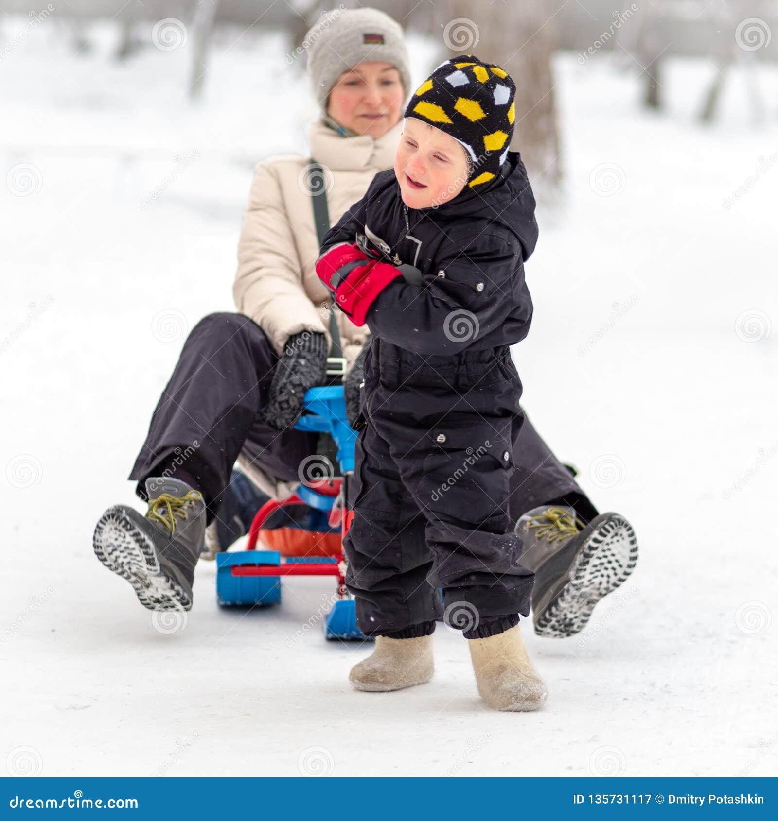 Den starka pysen bär hennes moder på en släde
