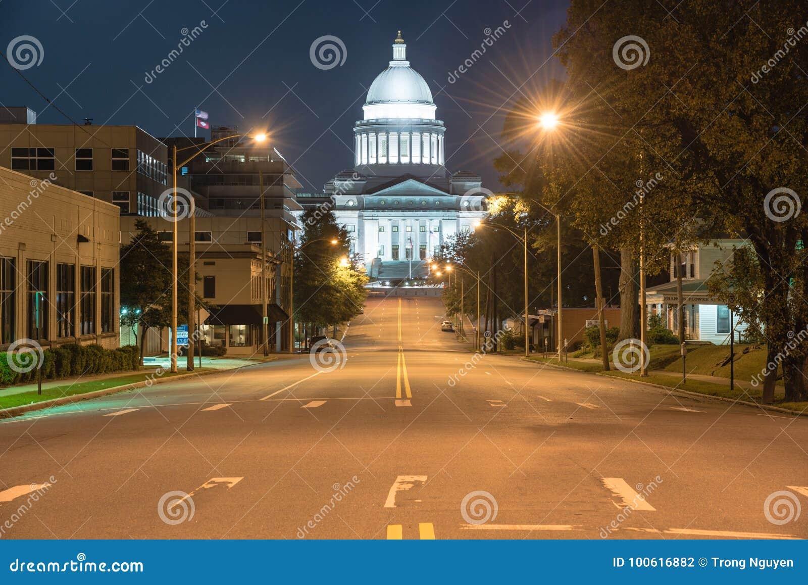 Den statliga Kapitolium av Arkansas beskådar nigh