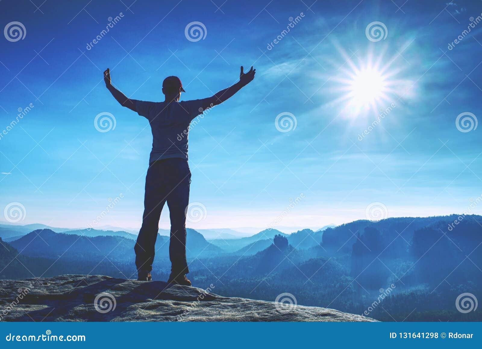 Den stiliga idrotts- mannen, en turist, stag på toppmöte vaggar Löst landskap för dimmigt berg
