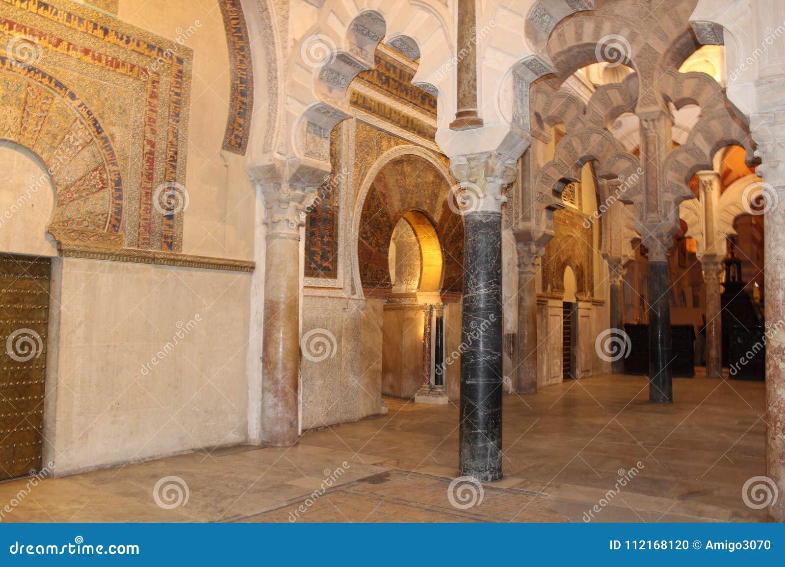 Den stora berömda inre för moské eller Mezquita i Cordoba, Spanien