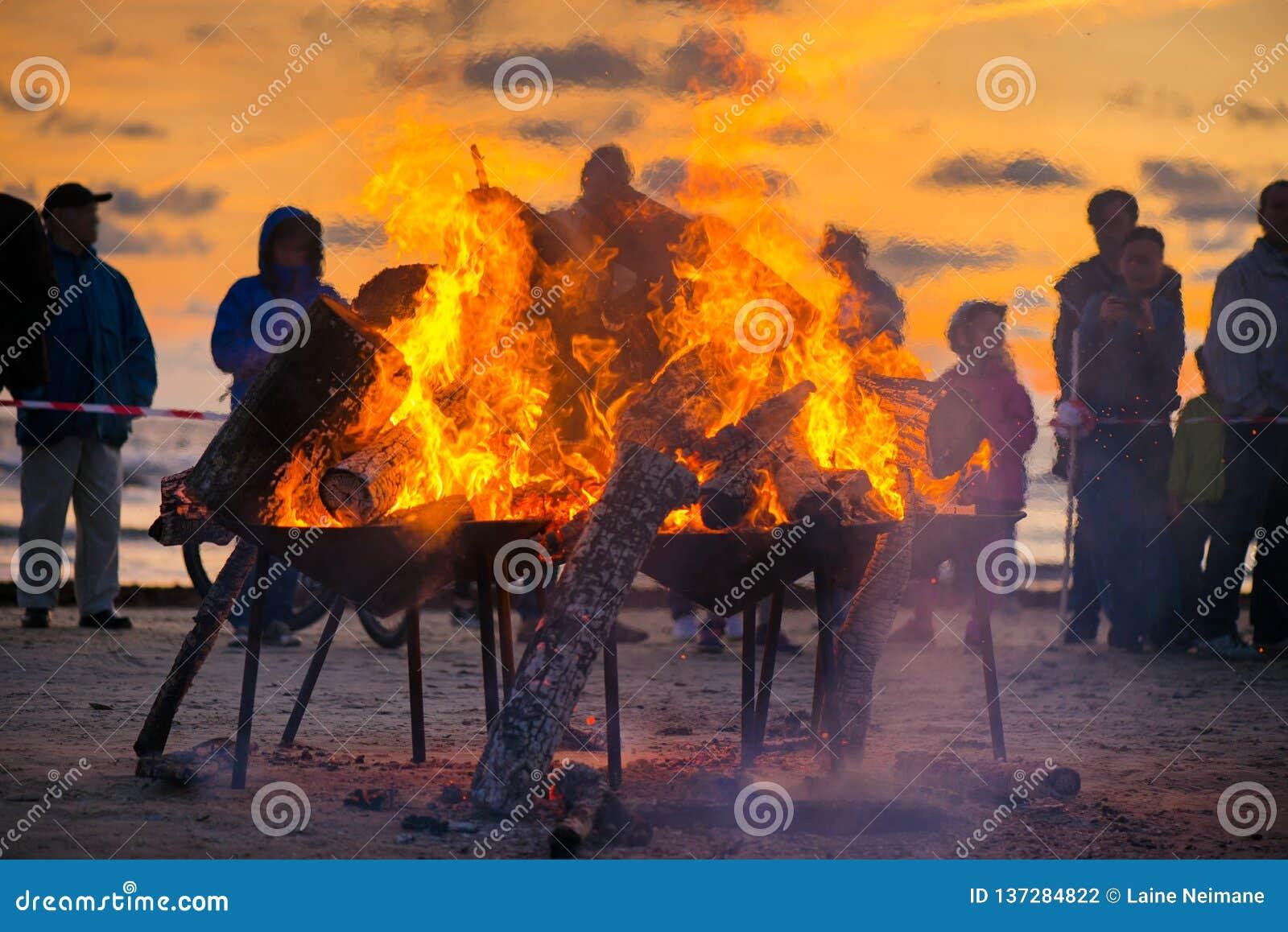 Den stora brinnande brasan med den mjuka glödande flamman och mousserar att flyga lite varstans