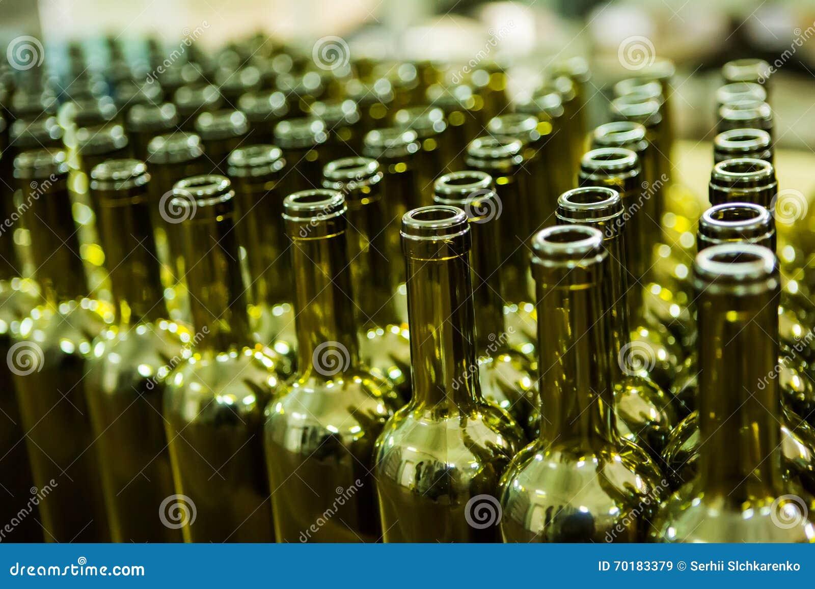 Den stora gruppen av gräsplan återanvände glass vinflaskor på vinodlingen