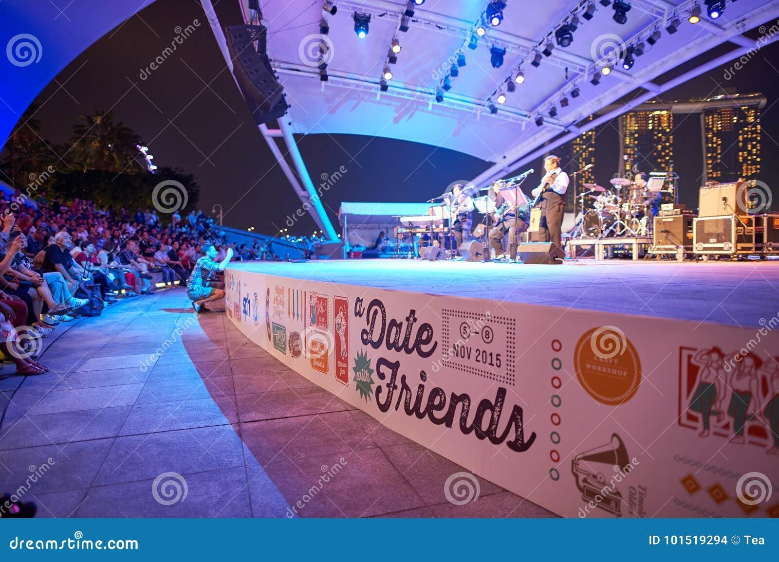 Den stora natten för flickor för pojkekonsertfolkmassan ser för att sitta etappen till