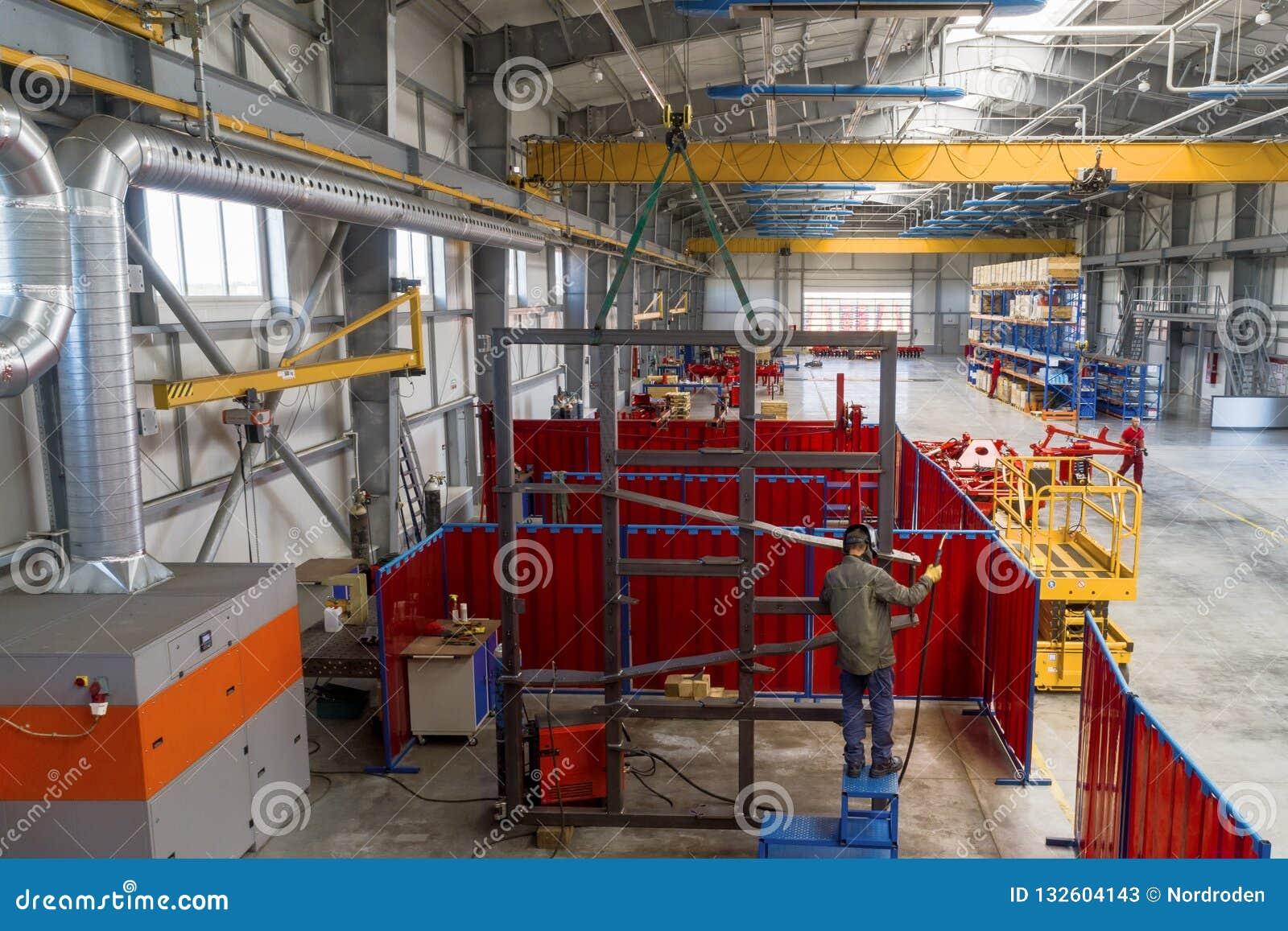 Den stora, rymliga och ljusa enheten shoppar Tillverkning av skuggad och monterad jordbruks- utrustning