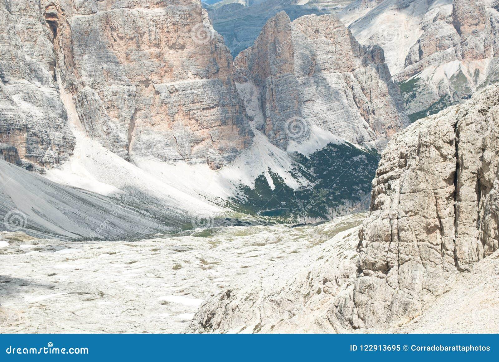 Den storartade sikten från de 3000 meterna av den Monte lagazuoien, på dolomitesna, i Italien