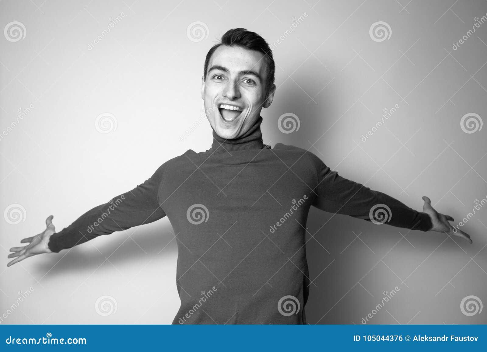 Den svartvita ståenden av ett ungt öppnar den sinnade mannen i ett halvpolokrageförkläde