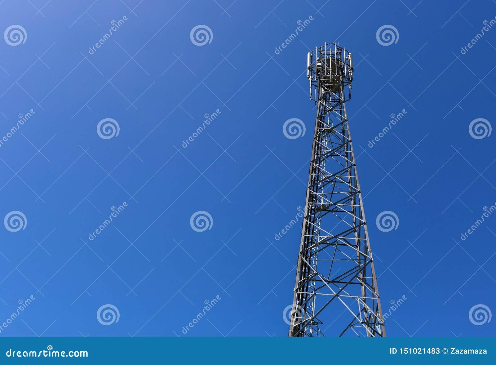 Den telekommunikationtornet eller masten med mikrov?gen, radios?nder panelantenner, utomhus- avl?gsna radioenheter, maktkablar so