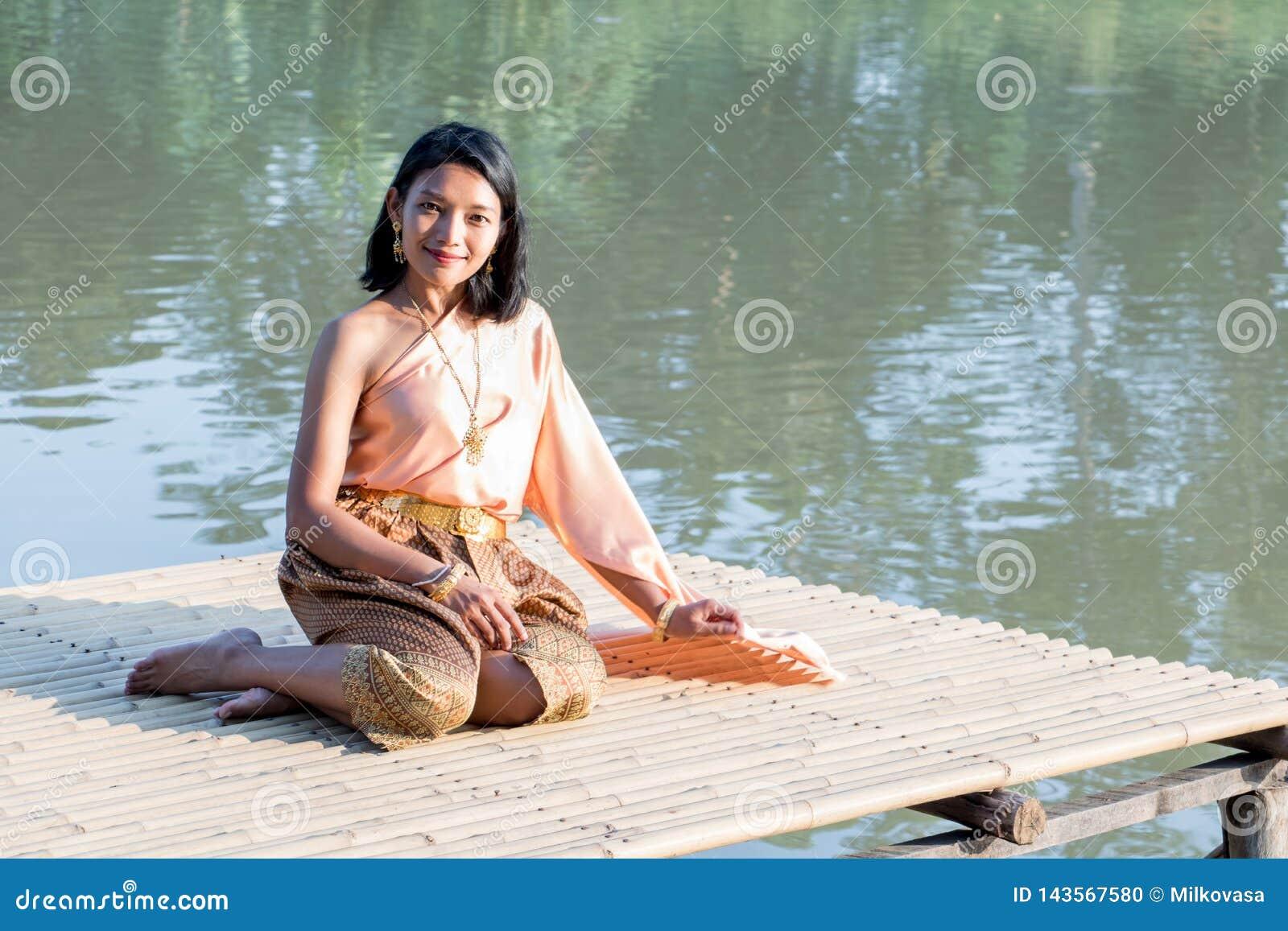 Den thailändska flickan i den historiska dräkten