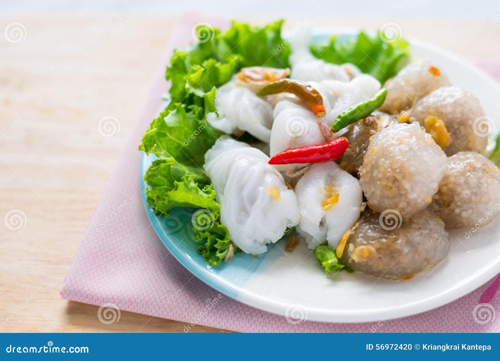 Den thailändska traditionella efterrätten, tapiokabollar med grisköttfyllning tjänar som