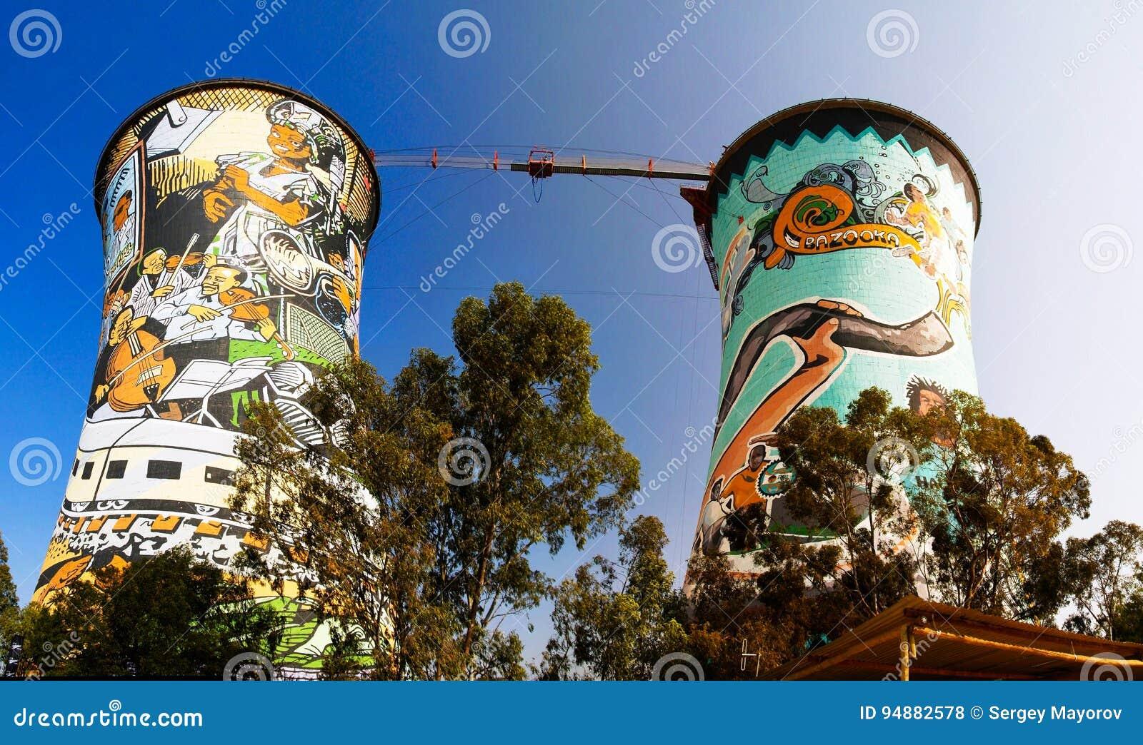 Den tidigare powerplanten som kyler tornet, är nu tornet för GRUNDbanhoppning Placerat i johannesburg africa near berömda kanonko