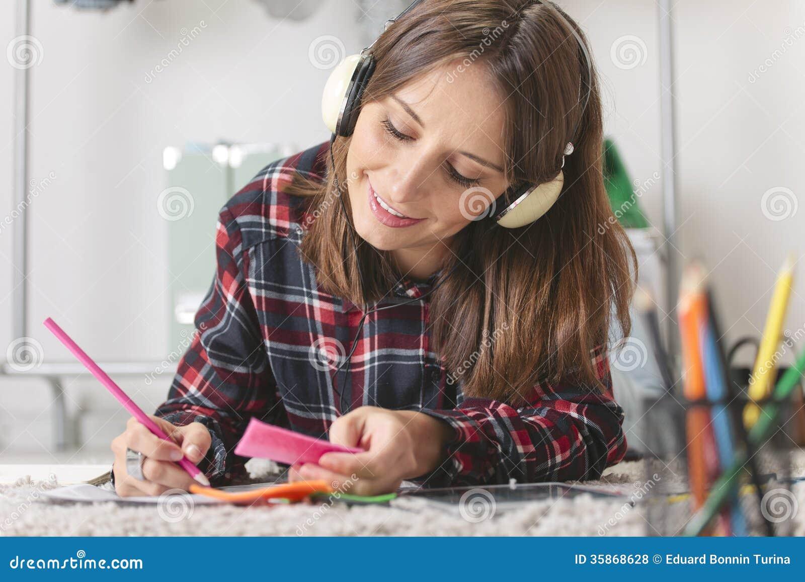 Den tillfälliga bloggerkvinnan som gör mode, skissar i hennes kontor.