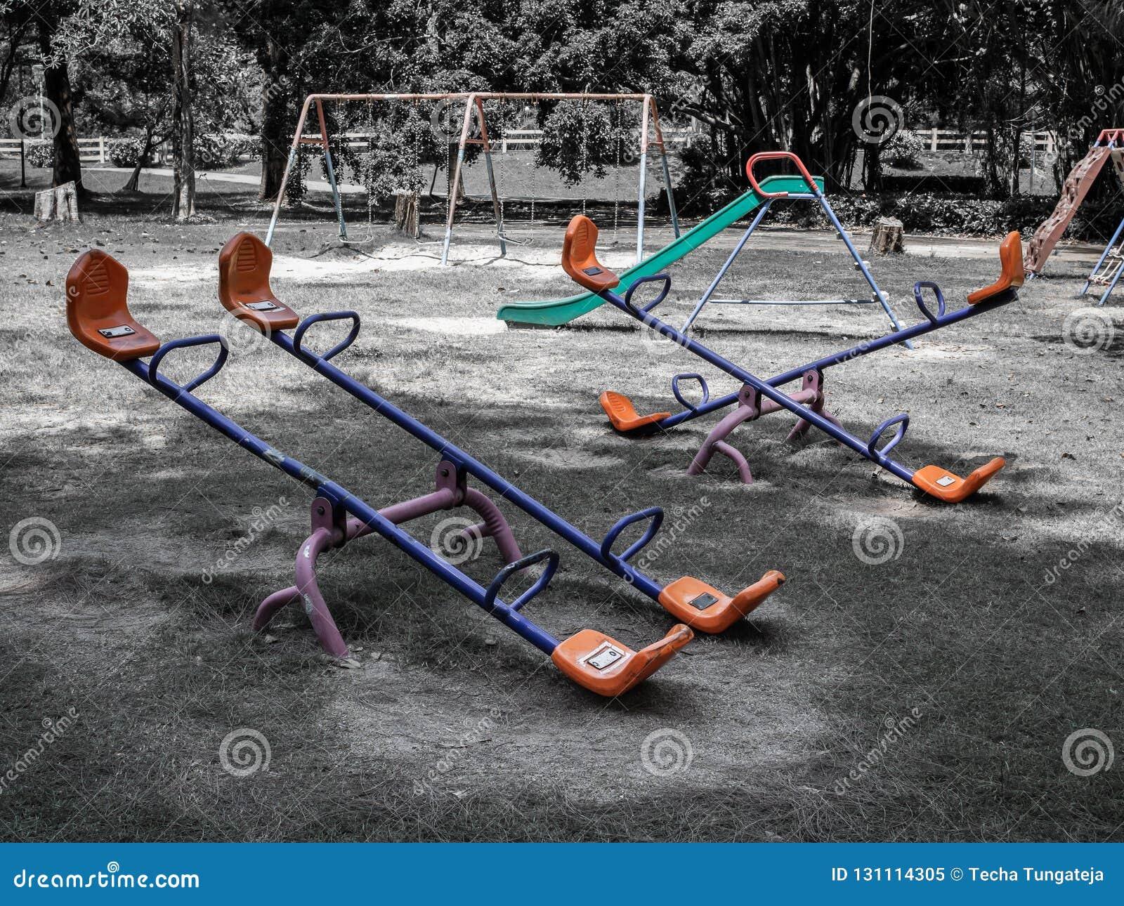 Den tomma gamla lekplatsen parkerar offentligt