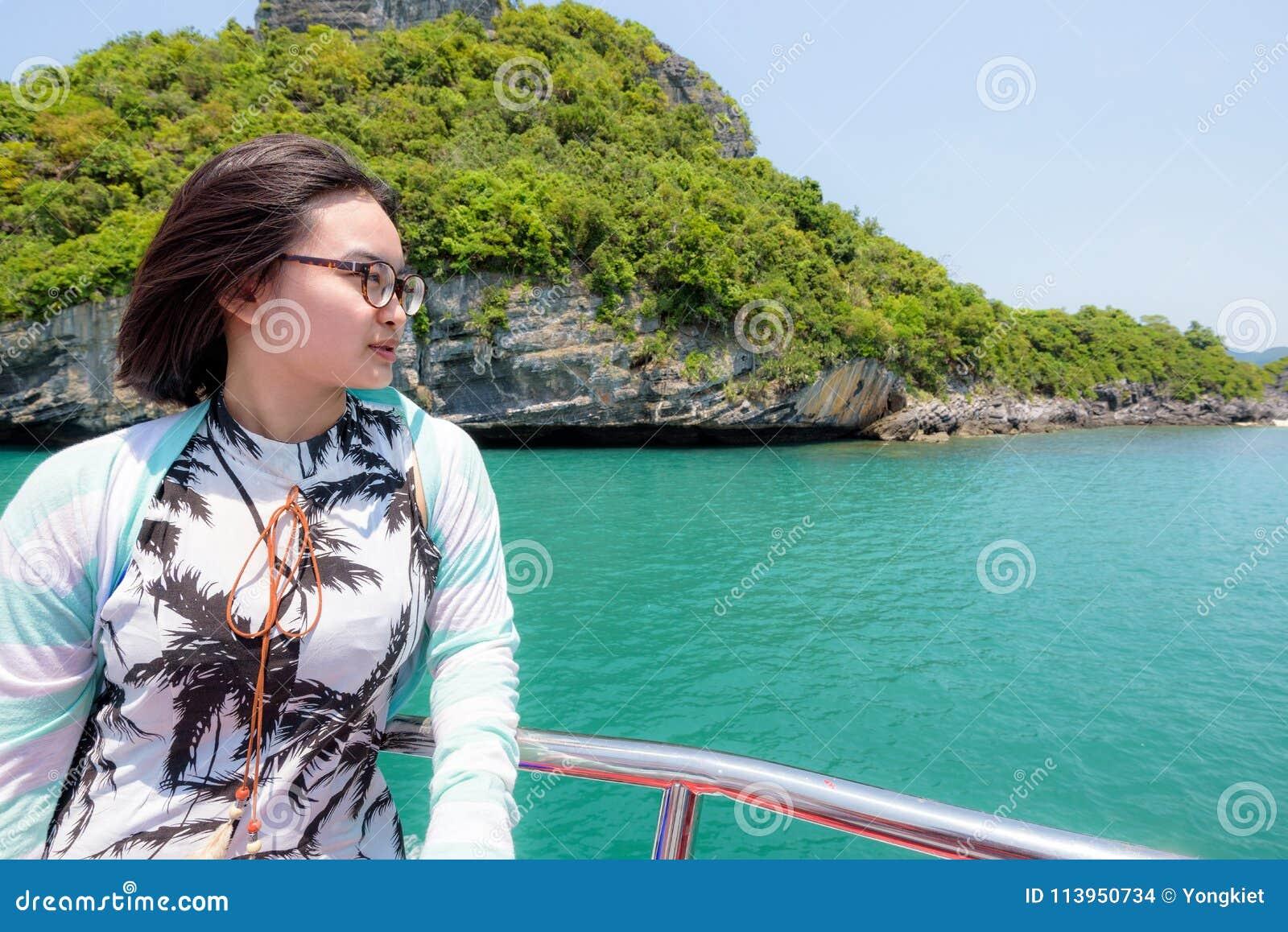 Den tonårs- flickan reser med fartyget