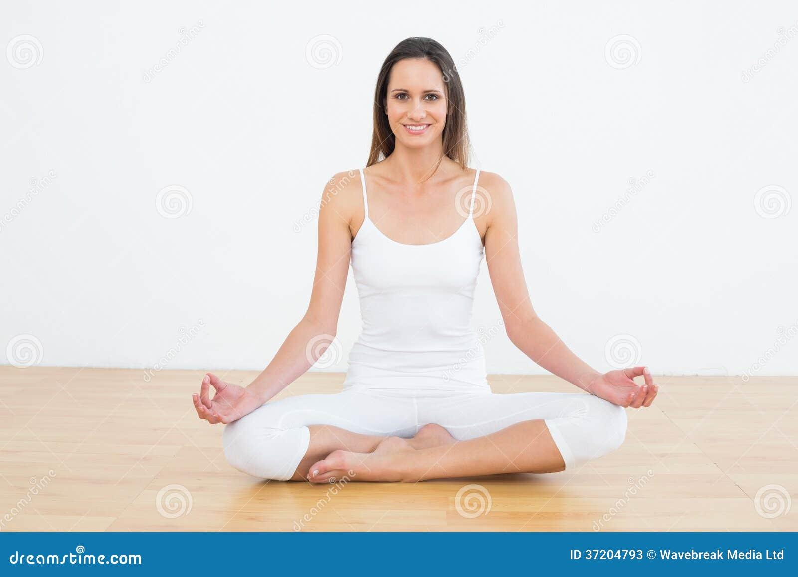 Den tonade kvinnan i lotusblomma poserar på konditionstudion