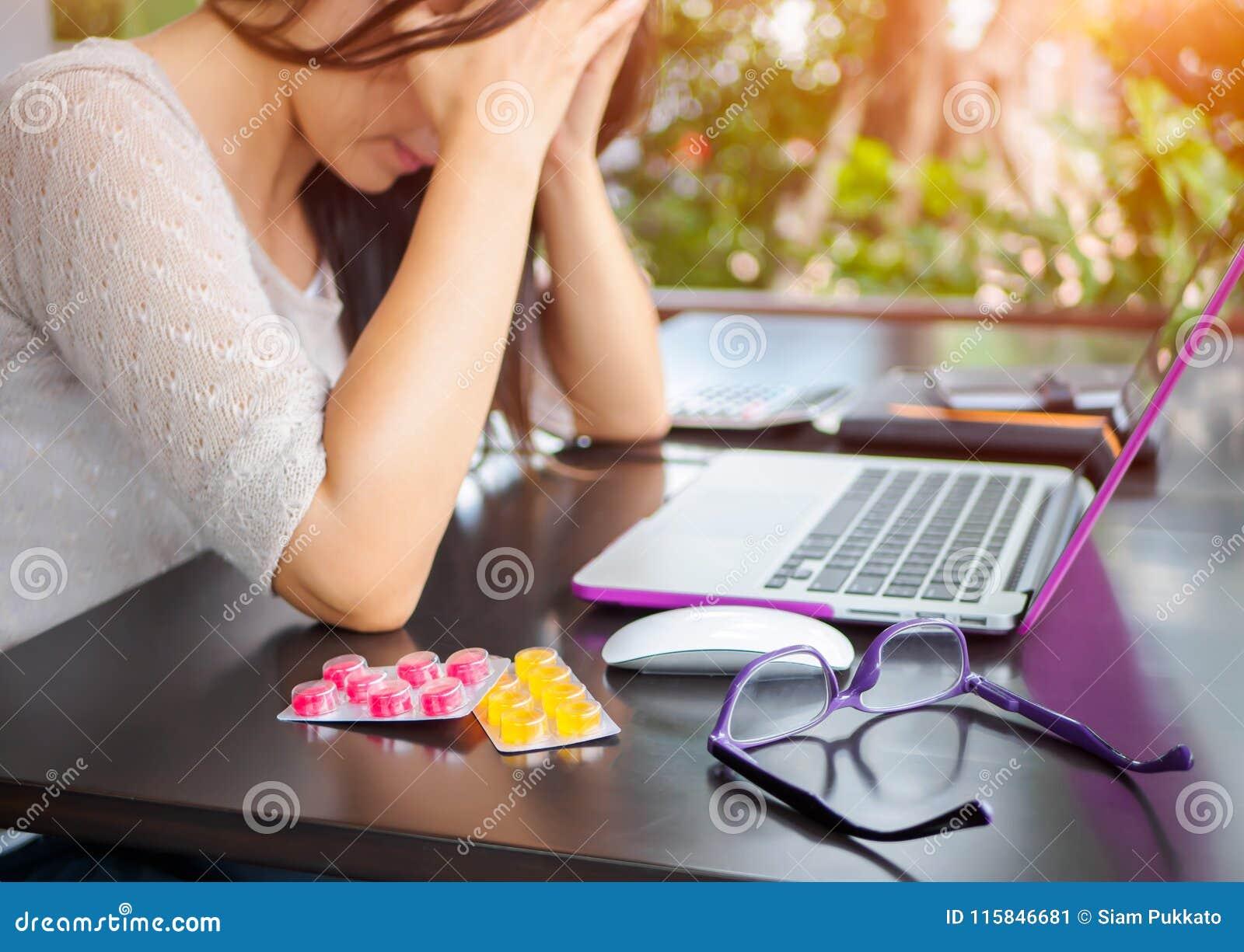 Den trötta affärskvinnan har huvudvärk från kontorssyndrom