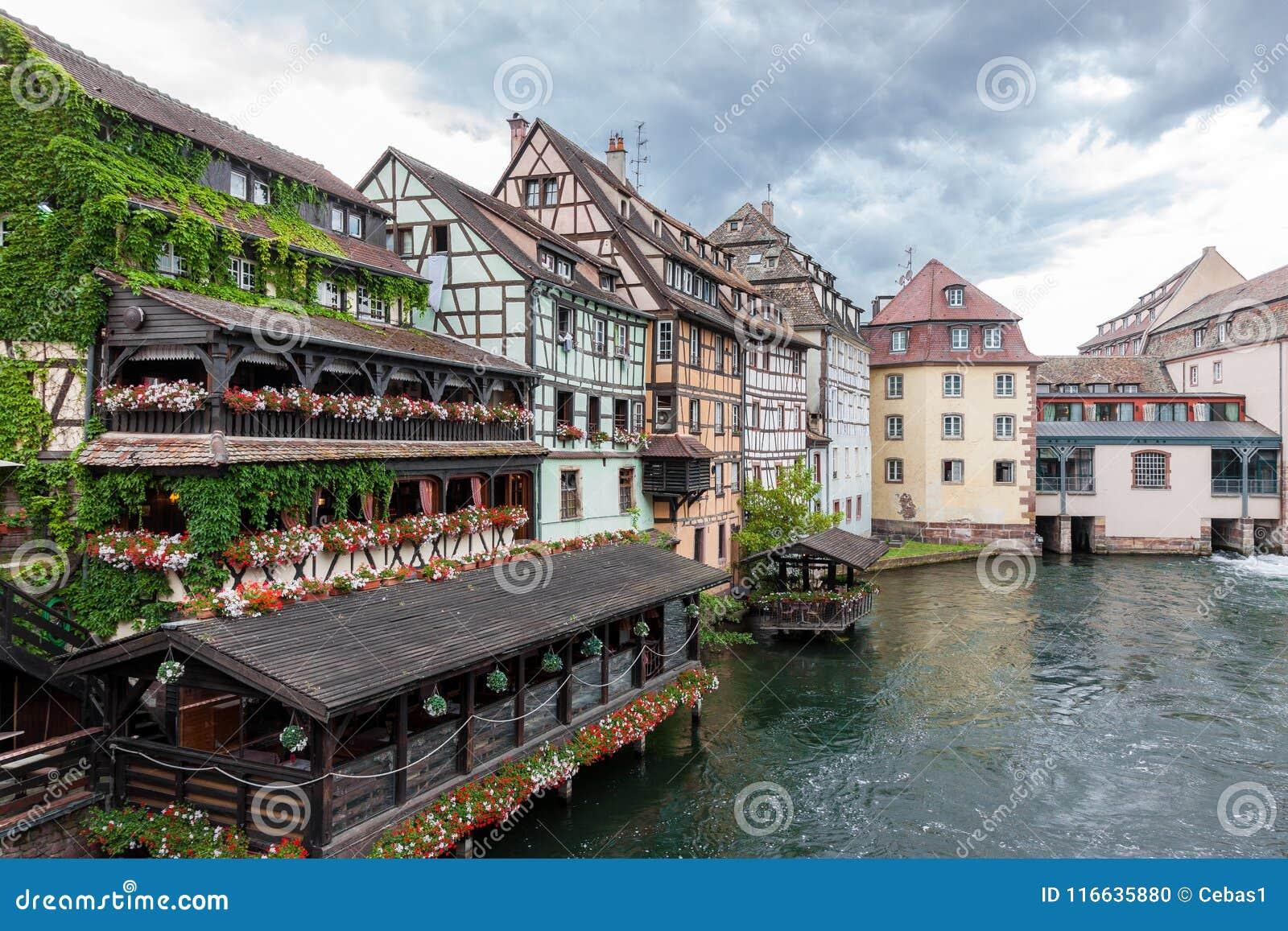 Den traditionella halvan timrade hus i La Petite France av Strasbourg