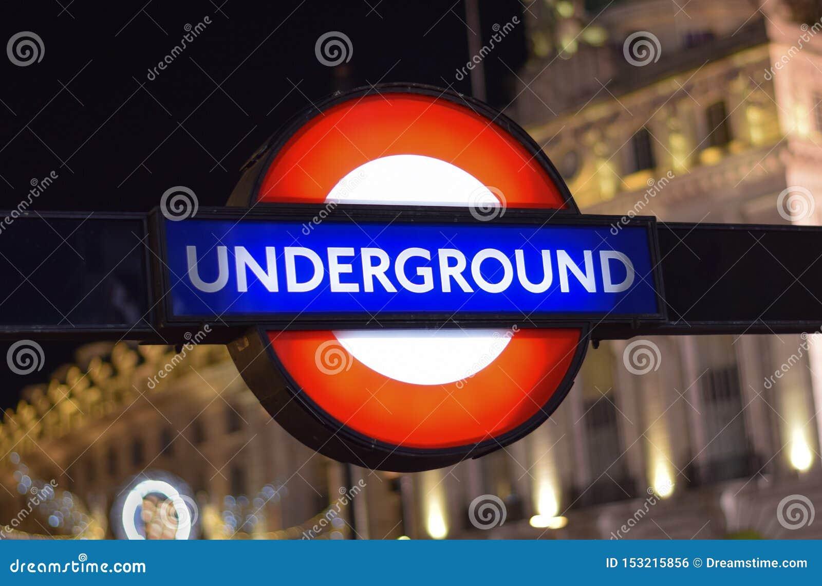 Den traditionella London tunnelbanan undertecknar in gatan av London