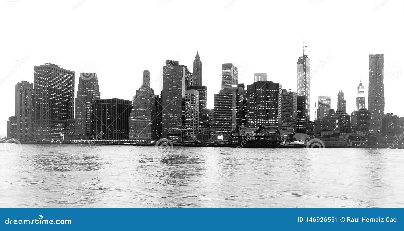 Den trevliga sikten av New York det finansiella området och Lower Manhattan på gryning som beskådas från den Brooklyn bron, parke