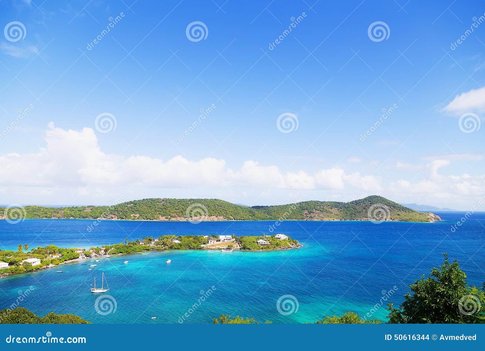 Den tropiska ölagun och fartyg förtöjde i grunt vatten, St Thomas, USA VI