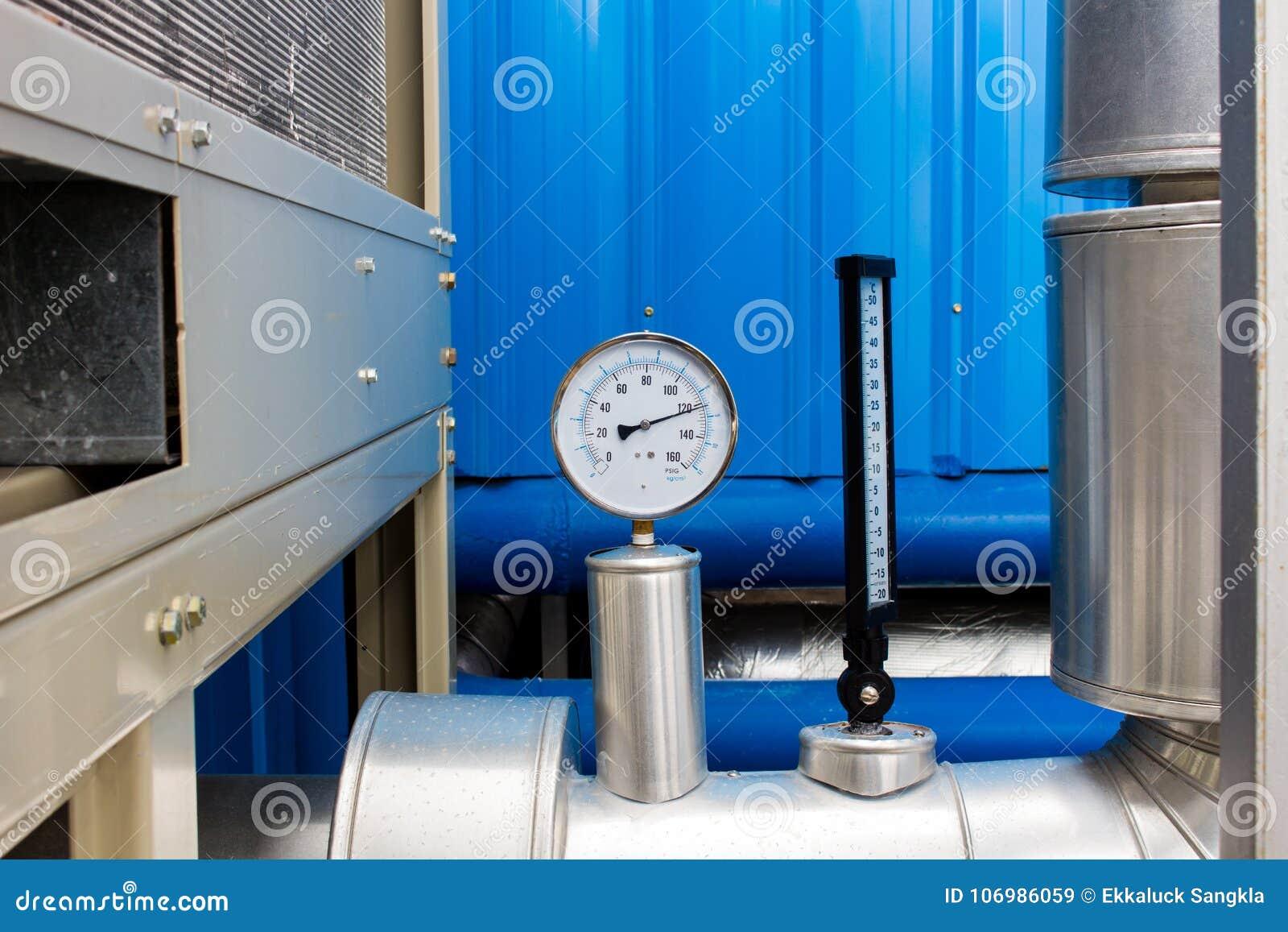 Den Tryckmåttet Och Termometern I Kallt Rör För Vatten På