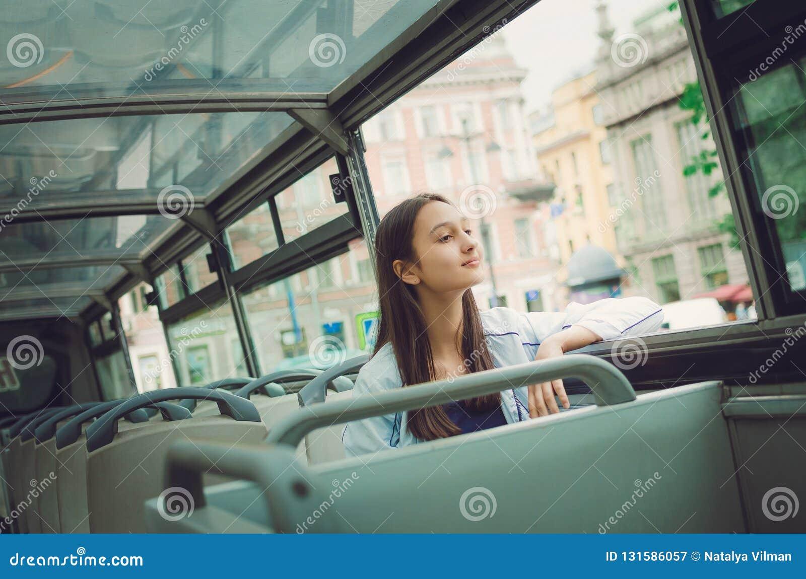 Den turist- flickan rider på för att turnera bussen