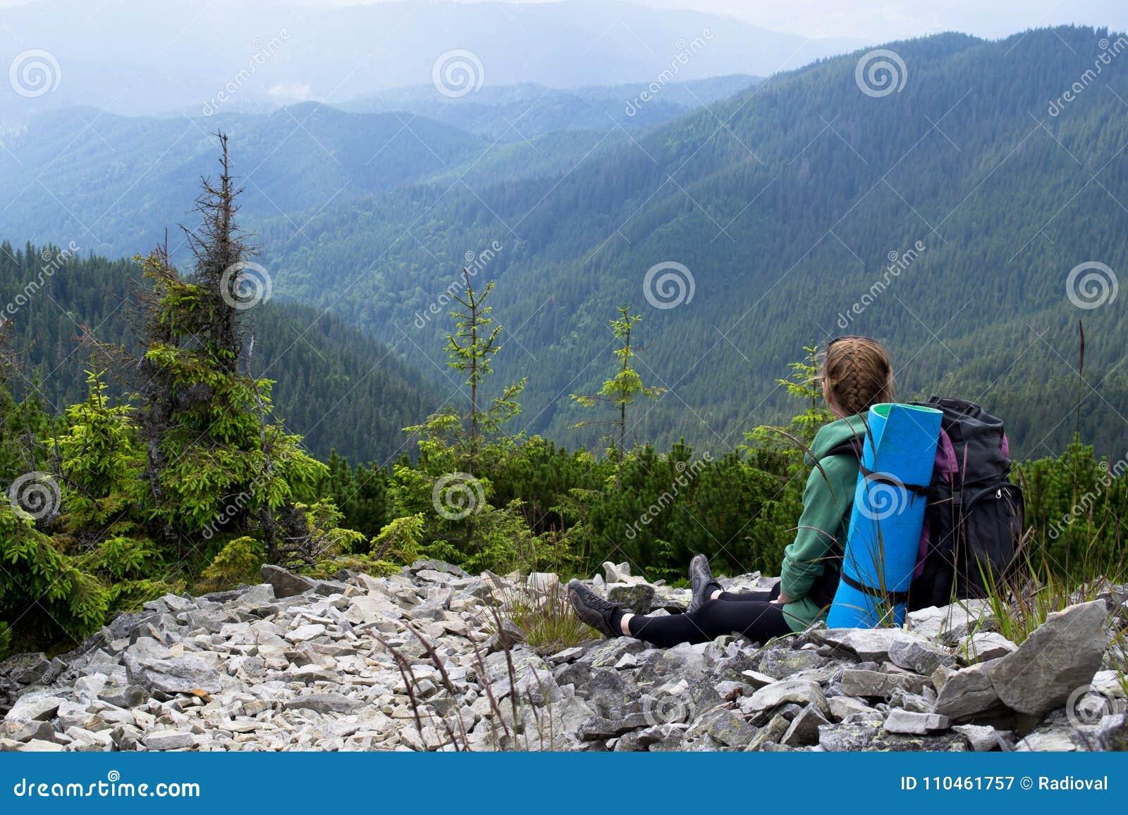 Den turist- flickan ser härliga berg lopp Turism ukraine carpathians