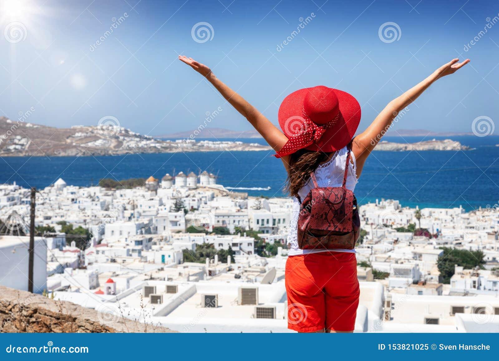 Den turist- kvinnan tycker om sikten över den Mykonos staden, Cyclades, Grekland