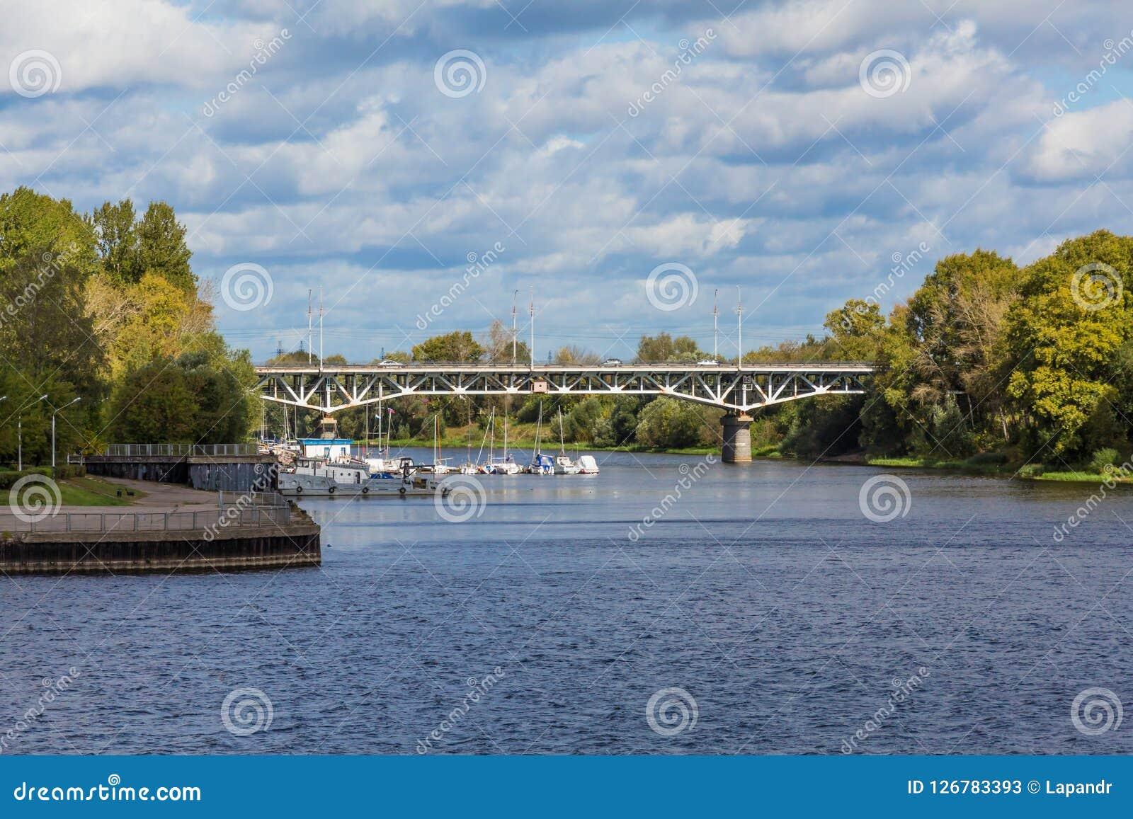 Den Tvertsa floden flödar in i Volgaet River i Tver, Ryssland Vägbro över floden och stadspir