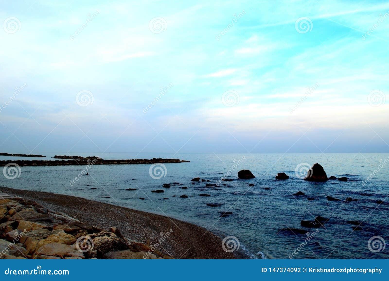 Den tysta kusten av Adriatiskt havet med mycket litet vaggar i den