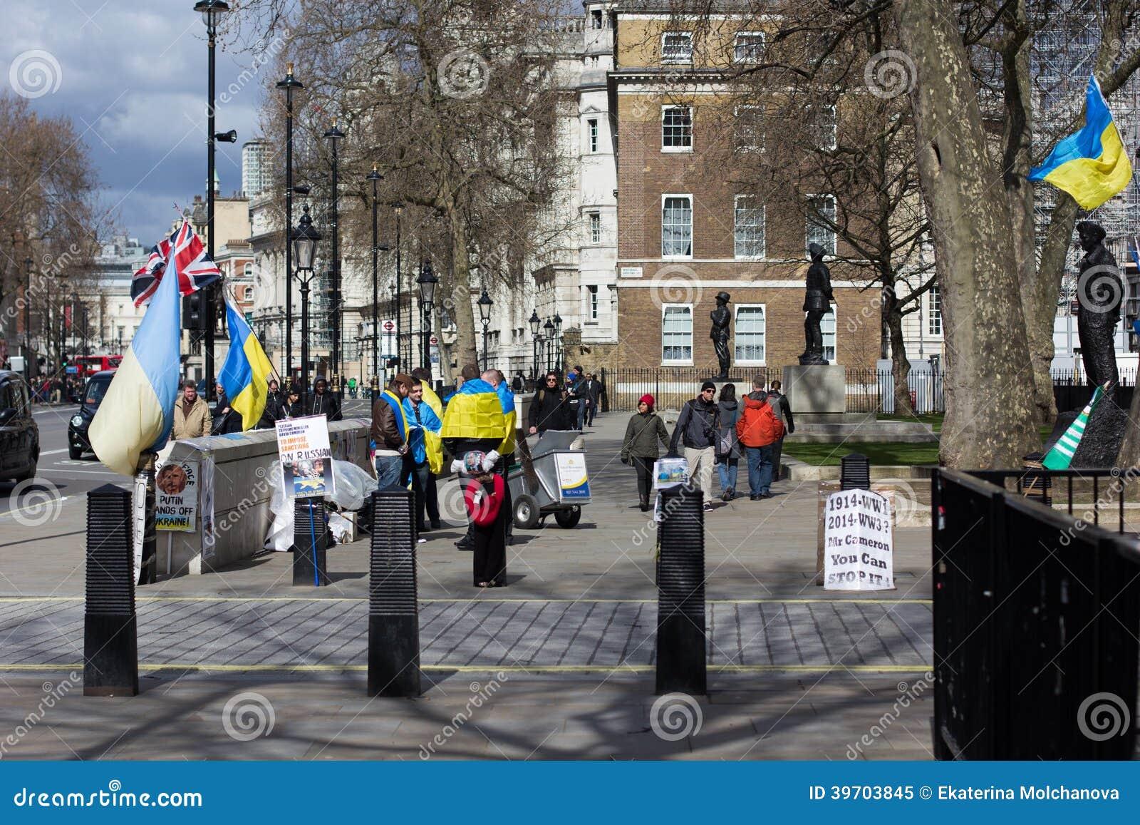 Den ukrainska posteringen mot det Krim avskiljandet nära gör