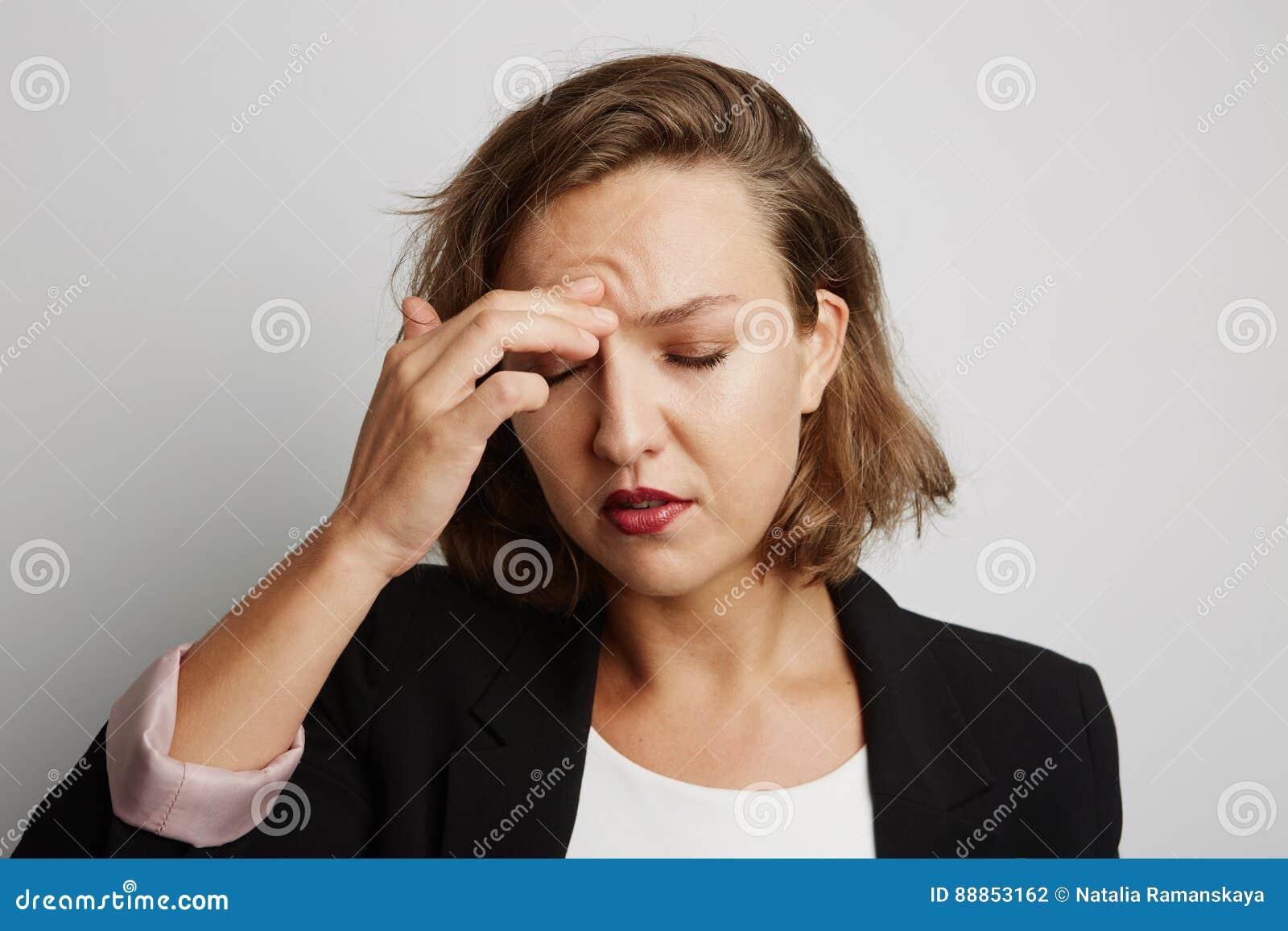 Den unga affärskvinnan gjorde ett fel, studiofoto på en vit bakgrund