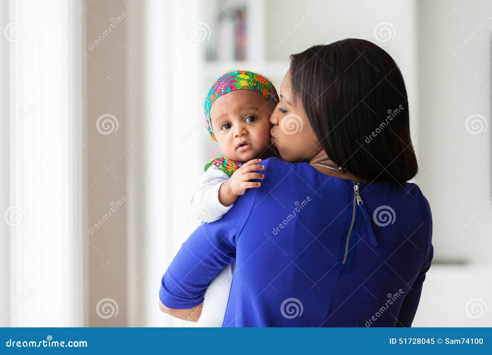 Den unga afrikansk amerikanmodern som spelar med hennes, behandla som ett barn flickan