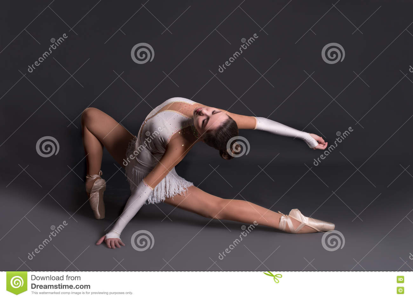 Den unga ballerina i vita pointesdanser