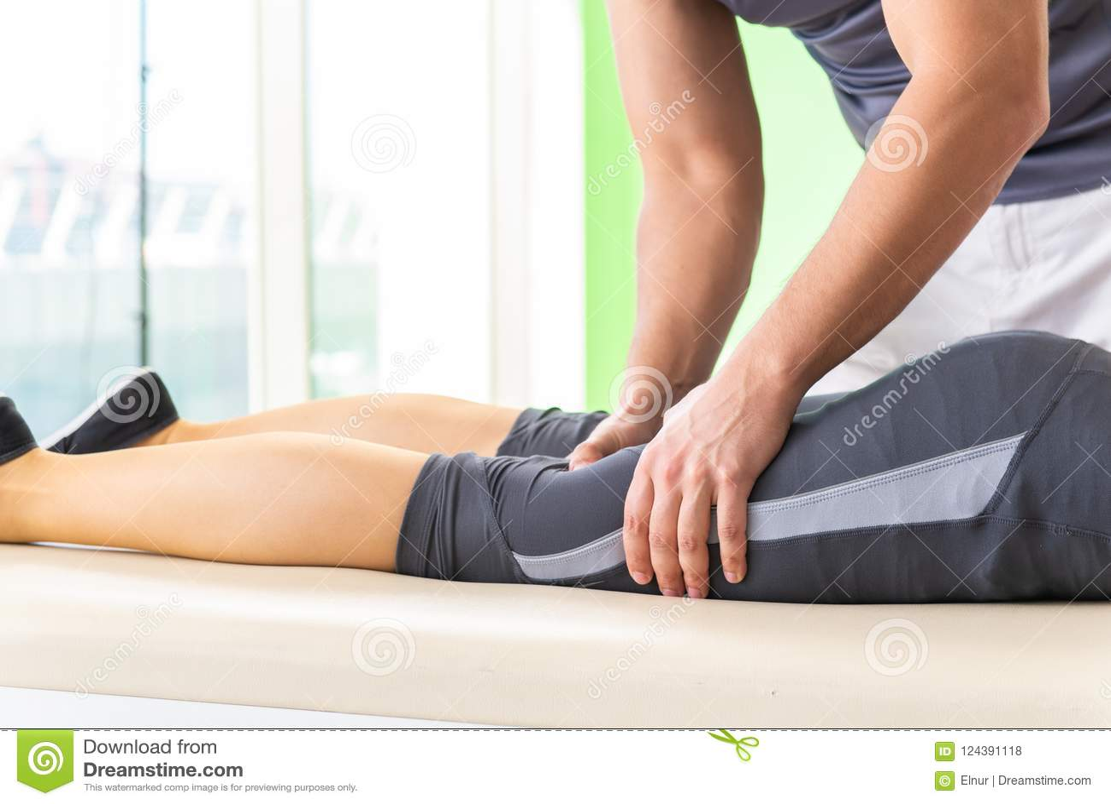 Den unga doktorskiropraktorn som masserar patienten