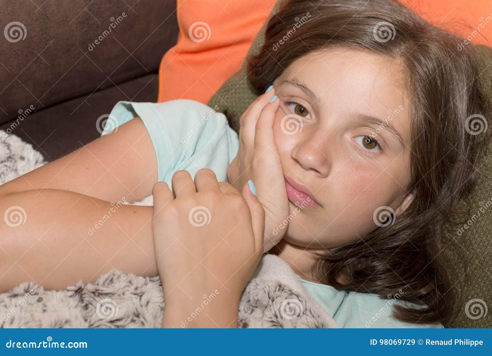 Den unga gulliga barnflickan har en tandvärk