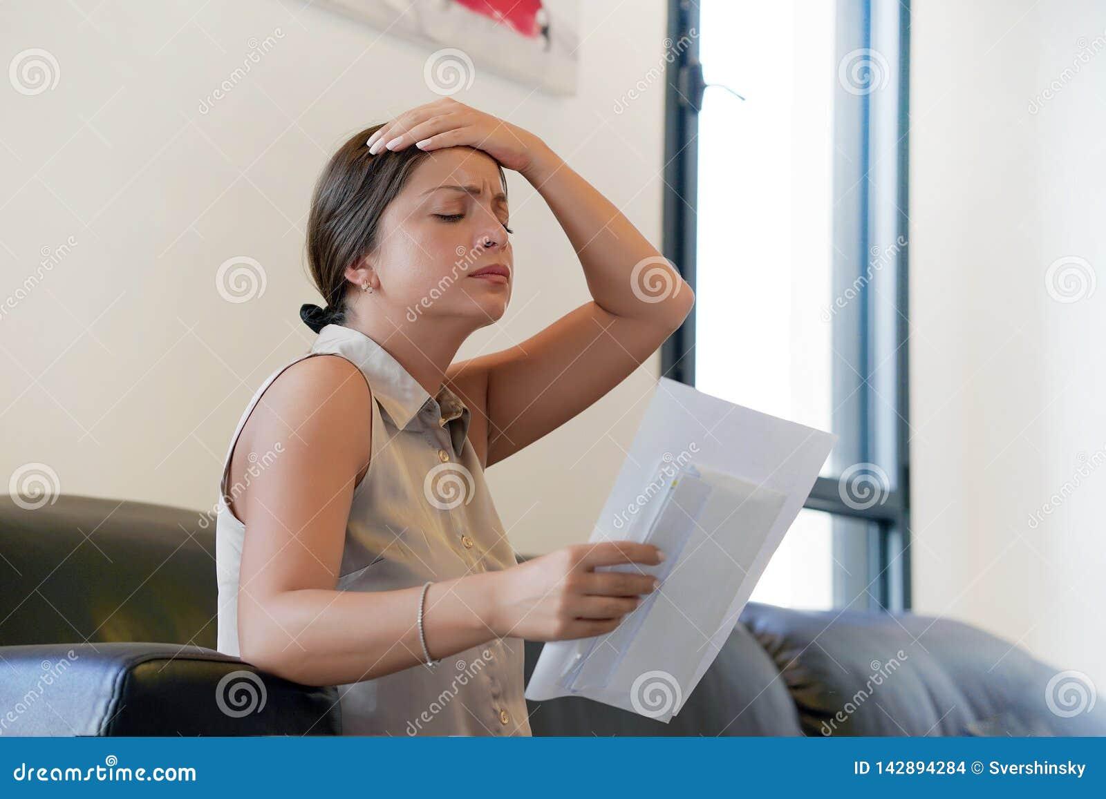 Den unga kvinnan fick en uvolnenii för dålig bokstav